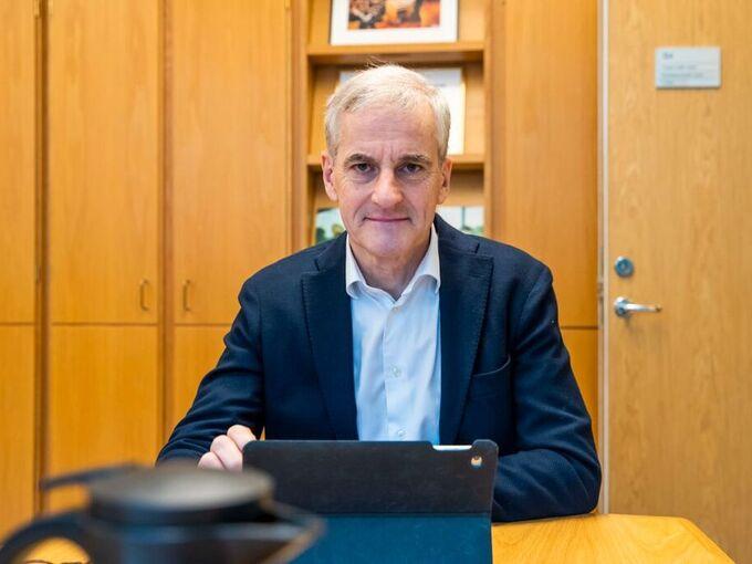 Arbeiderparti-leder Jonas Gahr Støre jobber på kontoret sitt på Stortinget torsdag.