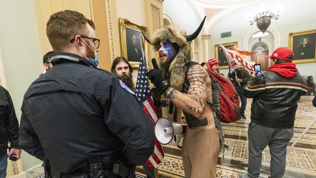 Trump-støttespilleren Jacob Chansley, her fotografert med vikinghorn og pelslue, skal ha planlagt å ta folkevalgte til fange og likvidere dem, ifølge det amerikanske justisdepartementet.
