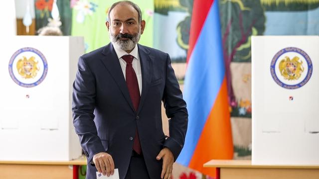 Statsminister Nikol Pasjinian avga stemme i et valglokale i hovedstaden Jerevan søndag.