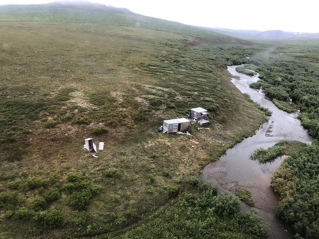 Mannen hadde tilhold ved denne gruvestasjonen utenfor Nome i Alaska. Etter en langvarig kamp mot bjørnen ble han reddet ut av kystvakten. Foto: U.S. Coast Guard / AP / NTB.