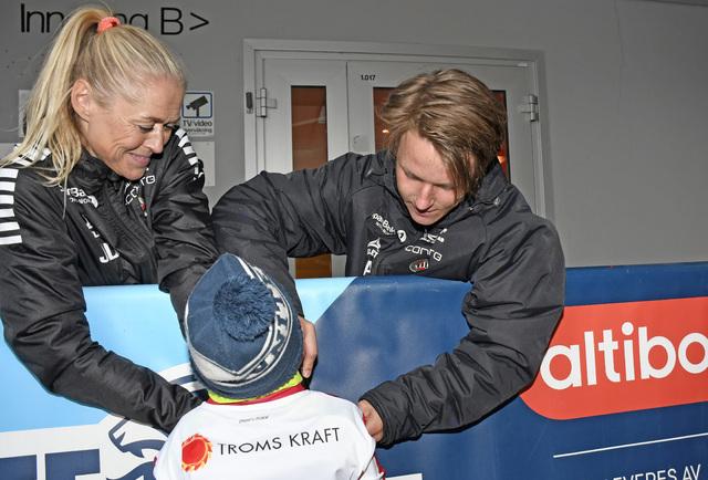 POPULÆR: Her signerer August Mikkelsen drakten til en supporter. Til venstre er lege Jorid Degerstrøm.