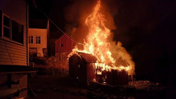 BRANT: Natt til fredag brant flere bygg i Undredal i Aurland kommune.
