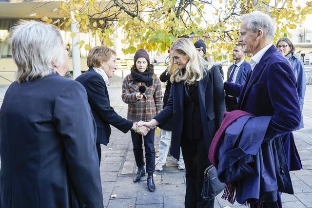 Kongsberg-ordfører Kari Anne Sand (Sp) tar imot statsminister justis- og beredskapsminister Emilie Enger Mehl (Sp) og Jonas Gahr Støre (Ap) når de besøker Kongsberg fredag kveld. Foto: Terje Bendiksby / NTB