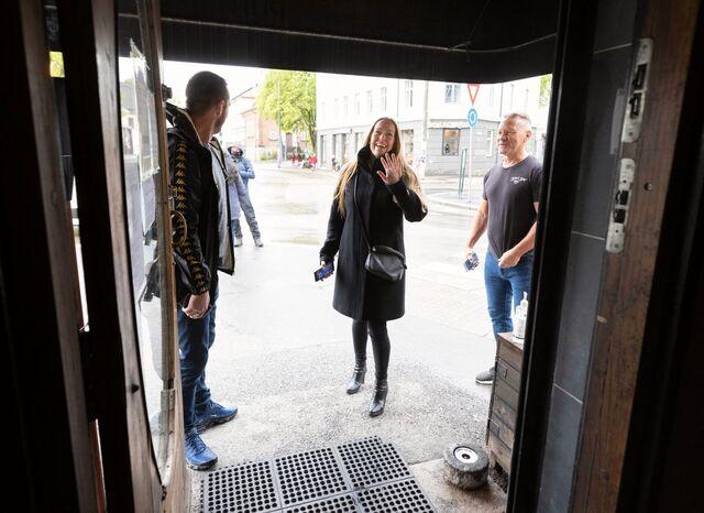 Storestå ved Bislett åpner etter koronastegning. Monica Thoresen var en av de aller første gjestene som ble ønsket velkommen av Daglig leder Geir Pettersborg