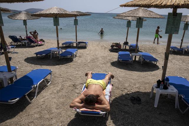 Flere populære reisemål i Hellas har blitt markert som mørkerøde på EUs smittekart. Foto: Yorgos Karahalis / AP / NTB