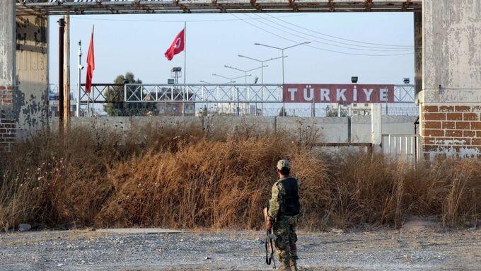 En soldat i en Tyrkias-støttet opprørsgruppe fotografert i Tal Abyat 13. oktober.