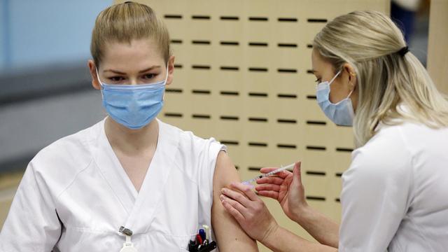 Sykepleier Mari Hauge Hammersland var første på Haukeland universitetssjukehus som fikk vaksinen.