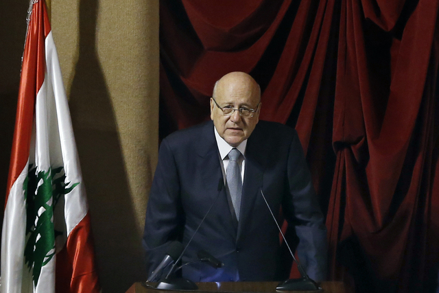 Libanons statsminister Najib Mikati på talerstolen i parlamentet. Foto: Bilal Hussein / AP / NTB