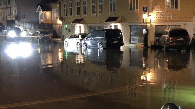 VATN I GATENE: I Florø var gatene ved sjøen fulle av vatn i kveld.