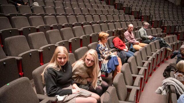 Vilde Pedersen og Kristin Hovland var blant publikum.