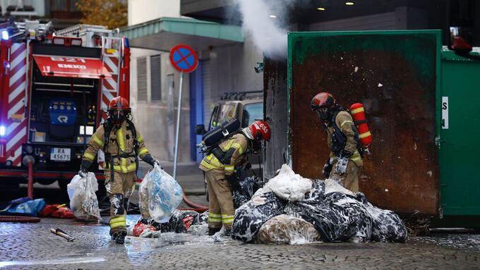 Brannvesenet slepte containeren ut for å slukke brannen.