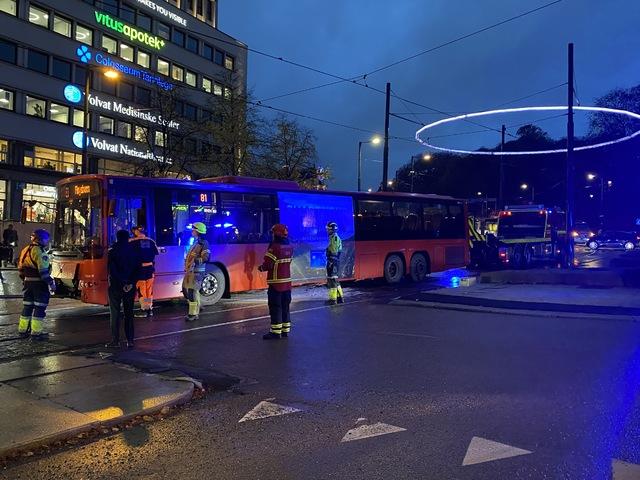 Denne bussen, som stoppet i rundkjøringen ved Nationaltheatret onsdag morgen, har bidratt til lange køer vest for Oslo sentrum.