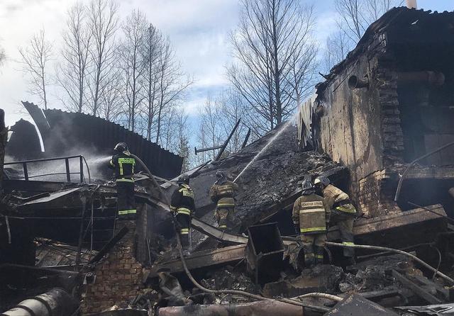 Rundt 100 redningsmannskaper rykket ut til brannstedet, ifølge russiske myndigheter. Flammene dekket et område på rundt 160 kvadratmeter, men ble slukket i løpet av fredagen. Foto: Ministry of Emergency Situations press service via AP / NTB