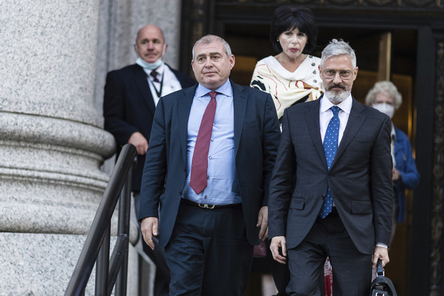 Påtalemyndigheten fikk ikke medhold i begjæringen om varetektsfengsling av Lev Parnas, til venstre. Han er dermed ute mot kausjon i påvente av straffeutmålingen. Foto: Stefan Jeremiah / AP / NTB