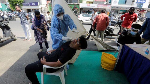 En mann blir testet for koronaviruset i Ahmedabad i India.