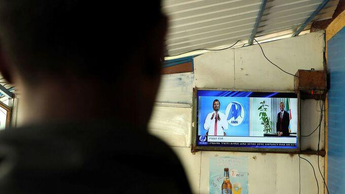 En kafegjenger følger med på tv-sendingene i Addis Abeba mens det blir kjent at landets statsminister får årets fredspris.