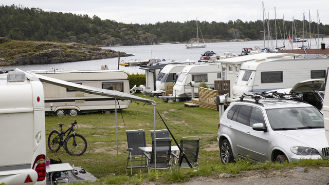 Nordmenn fylte campingplassene denne sommeren. Fra en camping i Bamble ved Stathelle. Her står vognene tett i tett nedover mot stranden.
