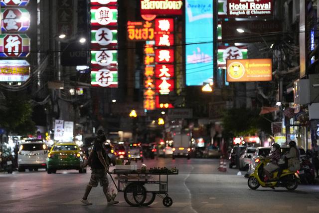 Det har vært folketomt i turistbyen Bangkok under pandemien. Her fra Chinatown i Bangkok 3. august. Foto: Sakchai Lalit / AP / NTB