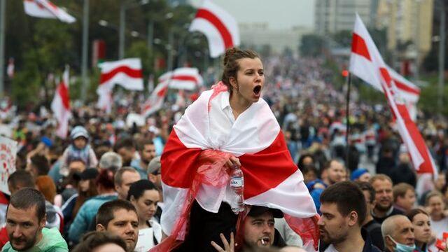 Fra søndagens demonstrasjonen i Minsk. Den endte med at over 600 personer ble pågrepet.