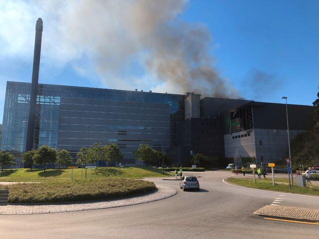 Det kommer røyk ut av gjenvinningsanlegget.