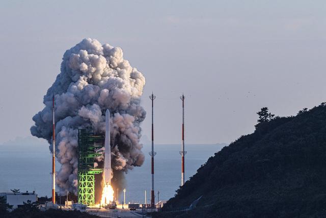 Nuri-raketten er den første som Sør-Korea har produsert selv. Torsdag ble den skutt ut fra Naro romfartssenter i Goheung. Foto: Korea Pool / Yonhap via AP / NTB