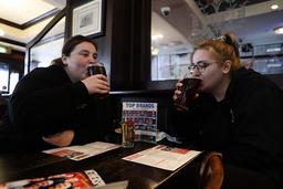 Sykepleierne Libby Jones og Shannon Maiden tok en øl på en gjenåpnet pub i London.