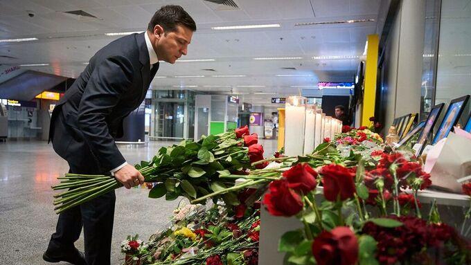 Ukrainas president la fredag ned blomster ved et provisorisk minnested på den internasjonale flyplassen i Kiev.