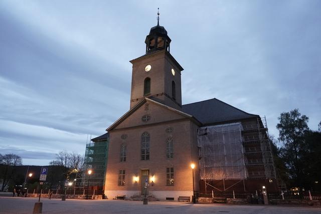 Kongsberg kirke holdt dørene åpne dagen etter terrorangrepet.  Foto: Terje Pedersen / NTB