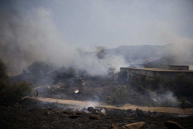 Åkre i brann i det nordlige Israel etter et rakettangrep fra Libanon onsdag. Foto: Ariel Schalit / AP / NTB