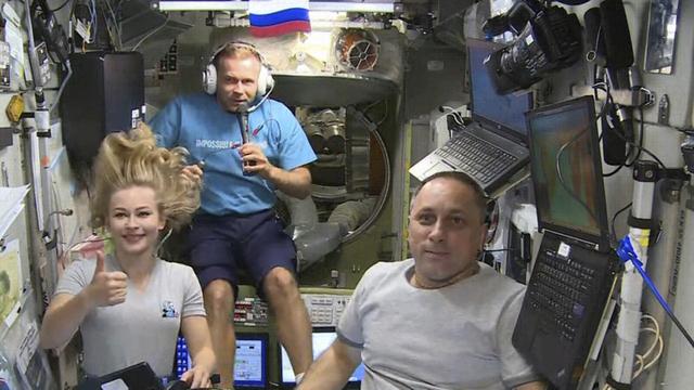 Den russiske skuespilleren Julia Peresild og regissøren Klim Sjipenko (i midten) er tilbake på jorda, etter å ha spilt inn scener til en ny film om bord i Den internasjonale romstasjonen (ISS). Til høyre kosmonauten Oleg Novitskij. Foto: Roskosmos / AP / NTB