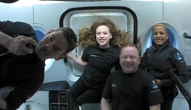 De historiske romturistene om bord i Dragon-kapselen. Fra venstre: Jared Isaacman, Hayley Arceneaux, Chris Sembroski og Sian Proctor. Foto: SpaceX via AP / NTB