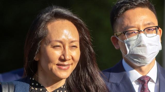 Meng Wanzhou forlater huset i Vancouver, der hun har sittet tre år i husarrest, for å reise til et rettslokale tidligere fredag.