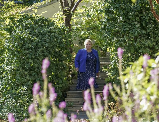 Erna Solberg på vei for å møte pressen tirsdag.