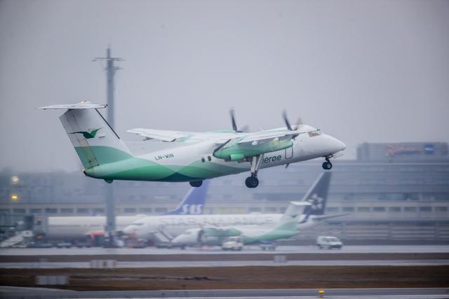 Flyselskapet Widerøe opphever kravet om at reisende må ha på seg munnbind under flyreisene deres, både innenlands og i Skandinavia. Foto: Stian Lysberg Solum / NTB
