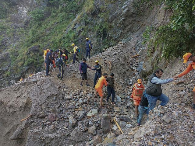 Hjelpepersonell jobber i et jordskredrammet område i Uttarakhand. Foto: National Disaster Response Force via AP / NTB