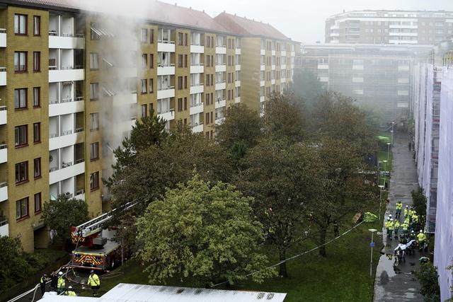 Eksplosjonen i en boligblokk i Annedal sentralt i Göteborg 28. september førte til en kraftig brann. En 55-åring som var etterlyst i saken, ble funnet død 6. oktober. Foto: Bjorn Larsson Rosvall / TT via AP / NTB
