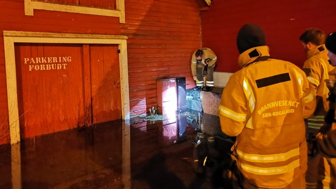 Et strømskap ble stående under vann på Hommersak ved midnatt.
