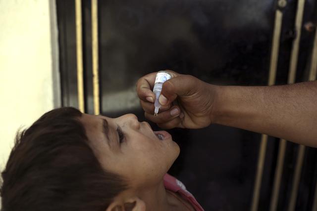 En afghansk gutt får poliovaksine i Kabul i juni. Nå starter en ny kampanje med støtte fra Taliban. Foto: Rahmat Gul / AP / NTB