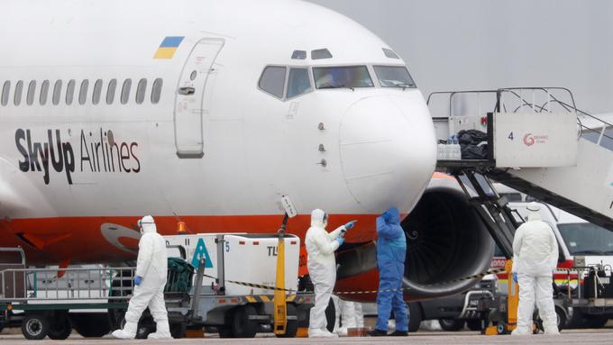 Dette flyet med evakuerte fra Hubei-provinsen i Kina landet i Ukraina torsdag.