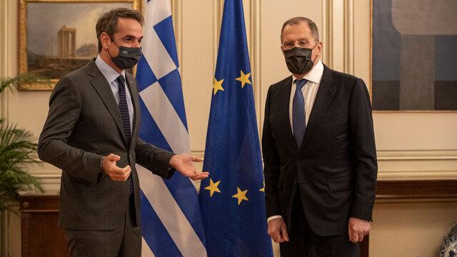 Russlands utenriksminister Sergej Lavrov (til høyre) besøkte mandag Aten der han møtte statsminister Kyriakos Mitsotakis.