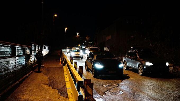 Arbeiderne har lappet og fikset i løpet av natten. Klokken 07.31 kunne trafikken gå i begge felt.