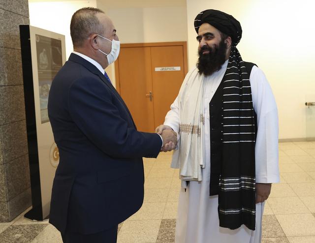 Tyrkias utenriksminister Mevlut Cavusoglu og fungerende utenriksminister i Taliban, Amir Khan Muttaqi, snakker før møtet torsdag. Foto: Tyrkias utenriksdepartement/ HO / AP / NTB