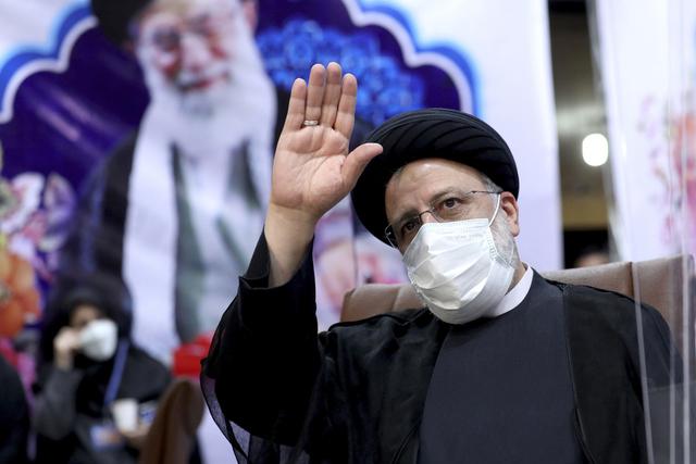 Ultrakonservative Ebrahim Raisi ble tirsdag tatt i ed som ny president i Iran, her avbildet da han registrerte seg som kandidat i mai. Foto: Ebrahim Noroozi / AP / NTB