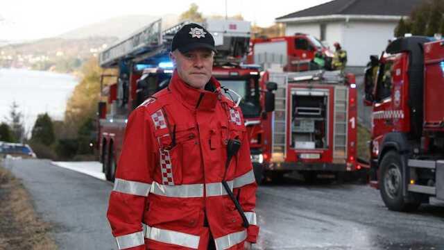 Innsatsleder Jan Aase i brannvesenet sier brannen startet i et soverom.
