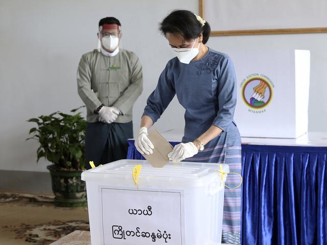 Myanmars folkevalgte leder Aung San Suu Kyi stemmer under valget i fjor høst.
