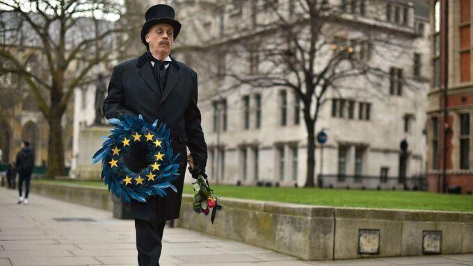 Få klarer som britene å bruke symboler for å vise hva de mener. Denne mannen ser ikke lyst på EUs fremtid.