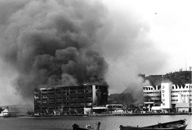 Det var bare en rykende haug igjen av den gamle fabrikken etter brannen i 1976. Foto: Jan A Martinsen / Aftenposten