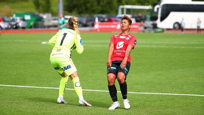 Arna-Bjørnar og Meryll Abrahamsen presset på for utlikning etter straffemålet, men fikk ikke ballen i mål.