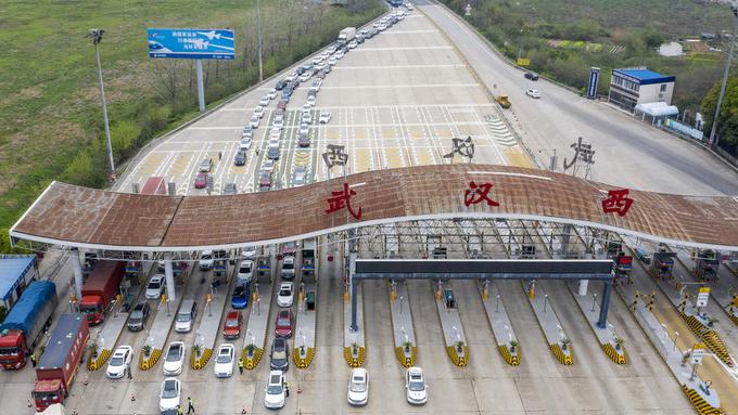 Biler på vei til Wuhan.