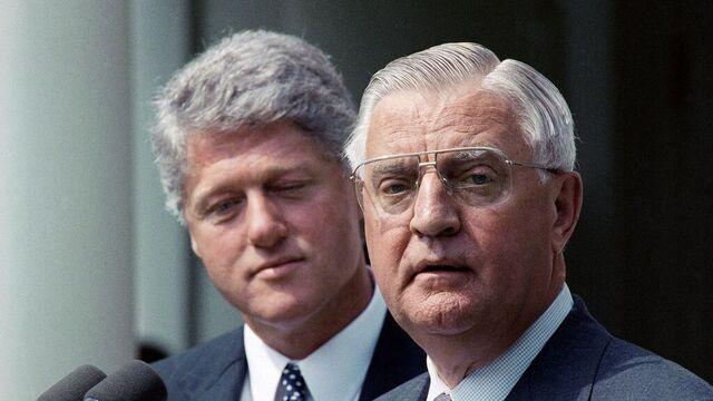 Walter Mondale er død. Her med tidligere president Bill Clinton (bak) i 1993.